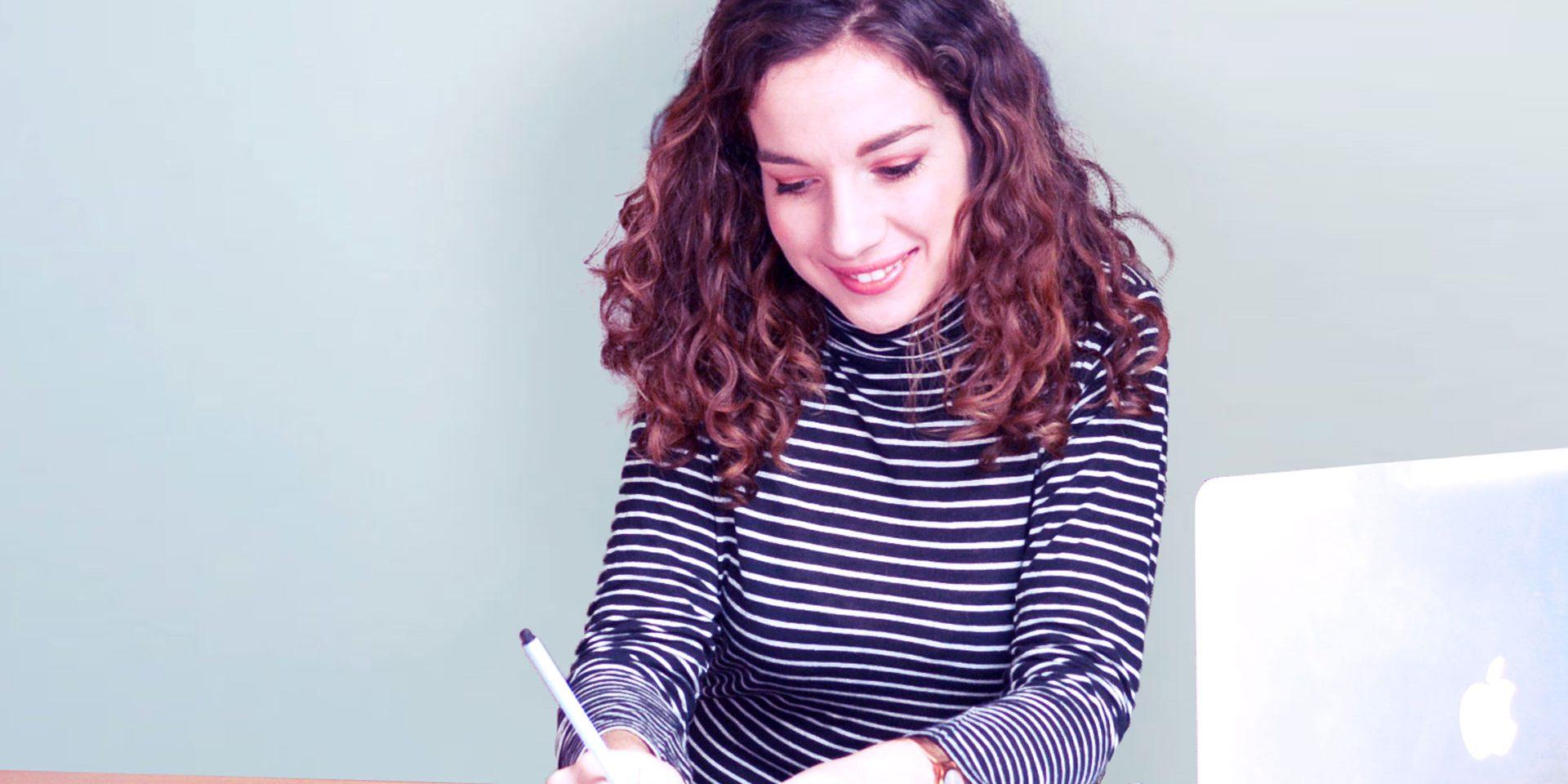 Nina Gil Martinez travaillant a son bureau